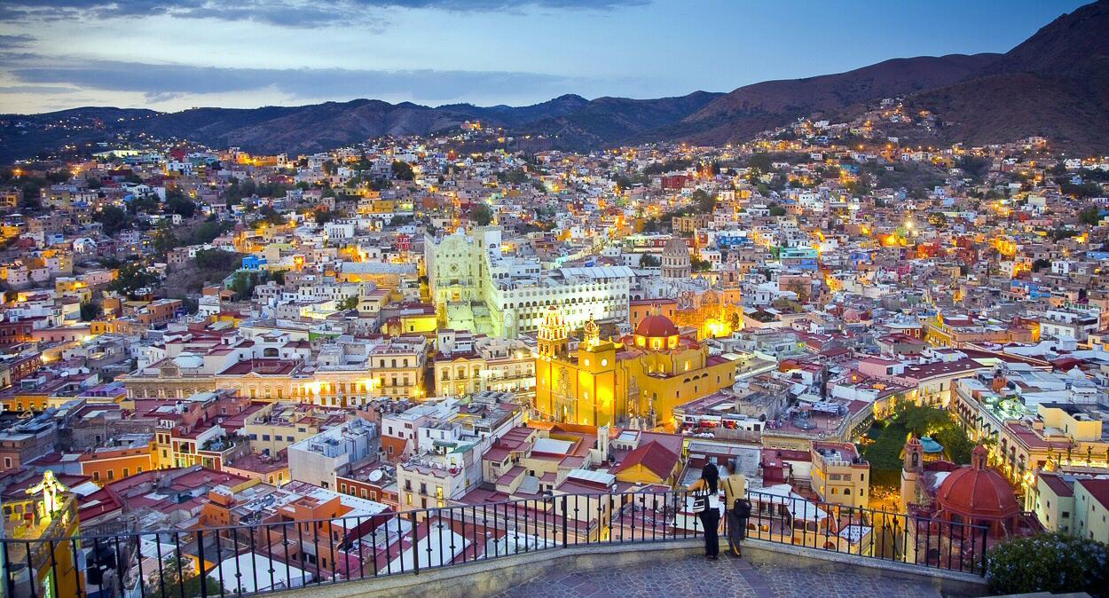 personas observando el centro de Guanajuato