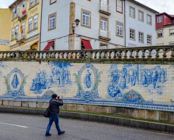 Mural de azulejos en la plaza de la República de Viseu