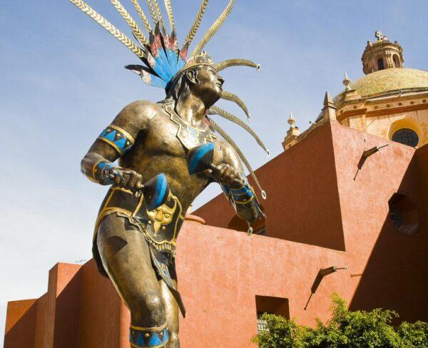 Monumento al Danzante Conchero Chichimeca en Querétaro en México