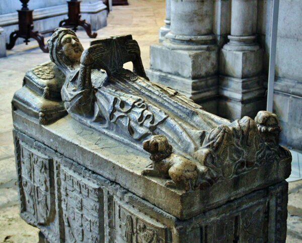 Sepulcro en la catedral Sé de Lisboa en el barrio de Alfama