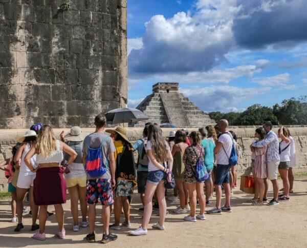 Turistas en Chichén Itzá en Yucatán de México