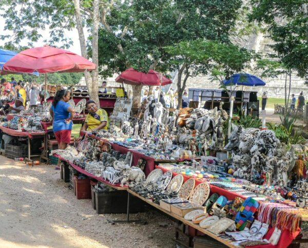 Venta de souvenirs en Chichén Itzá en Yucatán de México