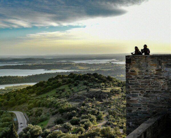 Mirador sobre el Lago Alqueva en Monsaraz en el Alentejo de Portugal