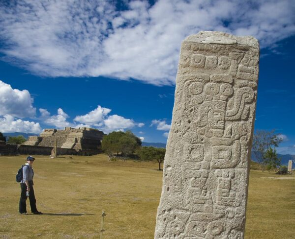 Estela en zona arqueológica de Monte Albán en Oaxaca, Mexico