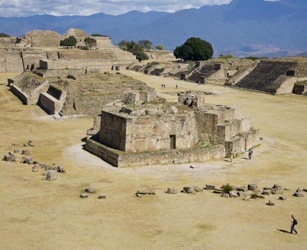 Gran Plaza con Observatorio en Monte Albán en Oaxaca, Mexico