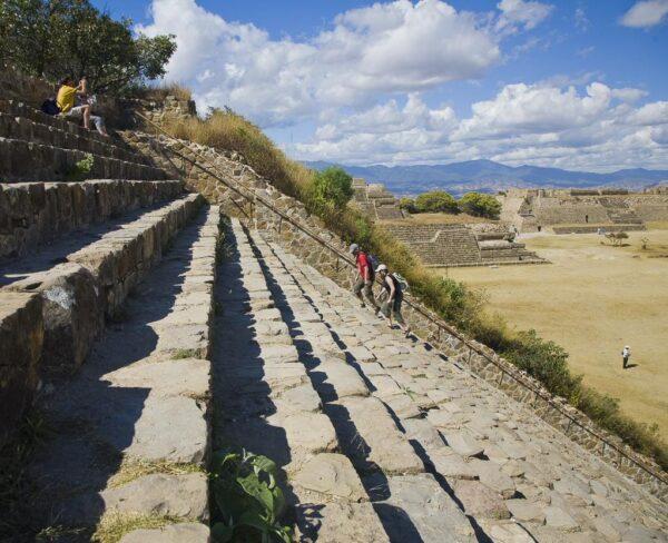 Gran Escalinata en Plataforma Sur en Monte Albán en Oaxaca, Mexico