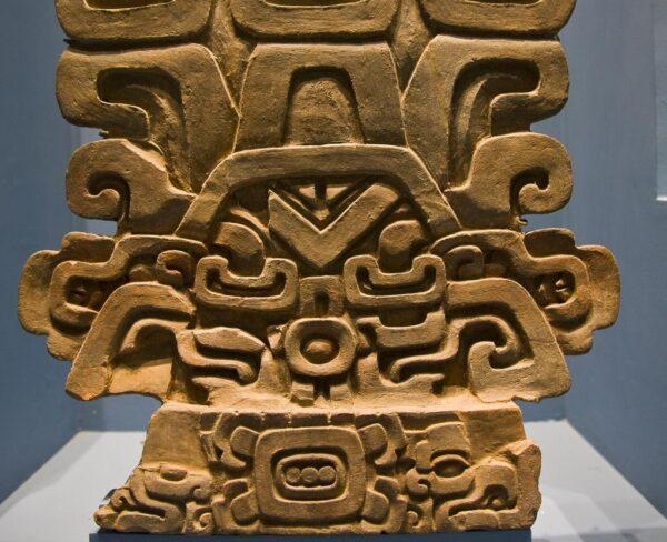 Pieza arqueológica en museo en Monte Albán en Oaxaca, Mexico