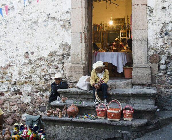 Vendedores en una puerta de Casa Borda en Taxco en Mexico