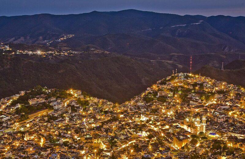 Vista panorámica nocturnas de Taxco en México