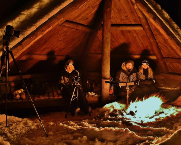 Campamento con hoguera para cazar auroras boreales