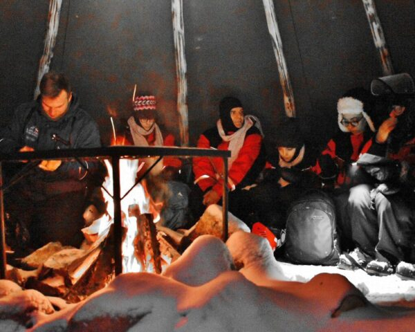 Campamento de safari para ver auroras boreales en Rovaniemi en Finlandia