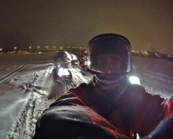 Safari de auroras boreales en moto de nieve en Rovaniemi en Finlandia
