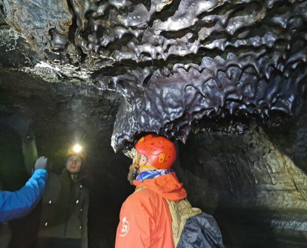 Cueva de lava Leioarendi en Islandia