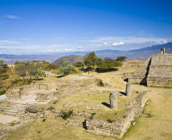 Templo de las Dos Columnas en Monte Albán en Oaxaca, Mexico