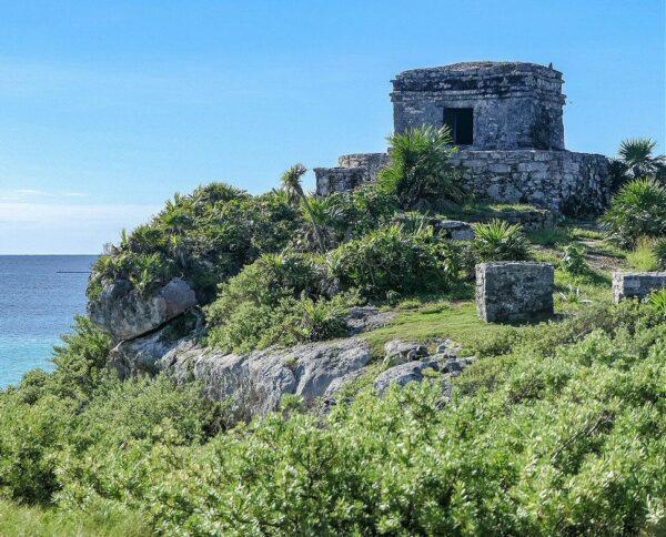 Templo de los Vientos en la antigua ciudad maya de Tulum