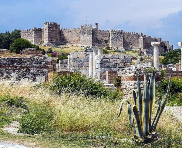 Fortaleza de Ayasoluk y Basílica de San Juan en Selcuk en Turquía