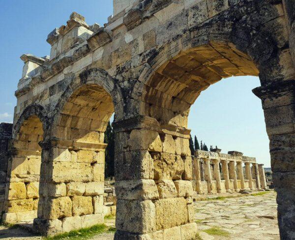 Puerta de Domiciano en Hierápolis en Turquia