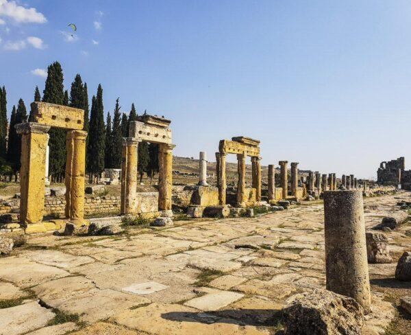 Via Columnada en Hierápolis en Turquia
