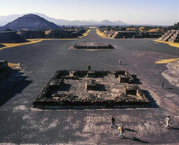 Calzada de los Muertos y Piramide del Sol en Teotihuacán