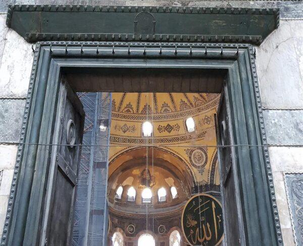 Puerta Imperial en Santa Sofía en Estambul