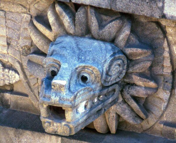 Serpiente emplumada en Templo de Quetzolcoatl en Teotihuacán