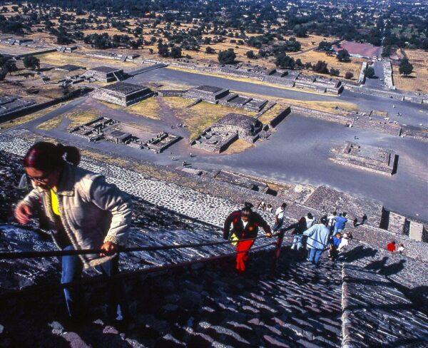 Subida a la Pirámide del Sol en Teotihuacán en México