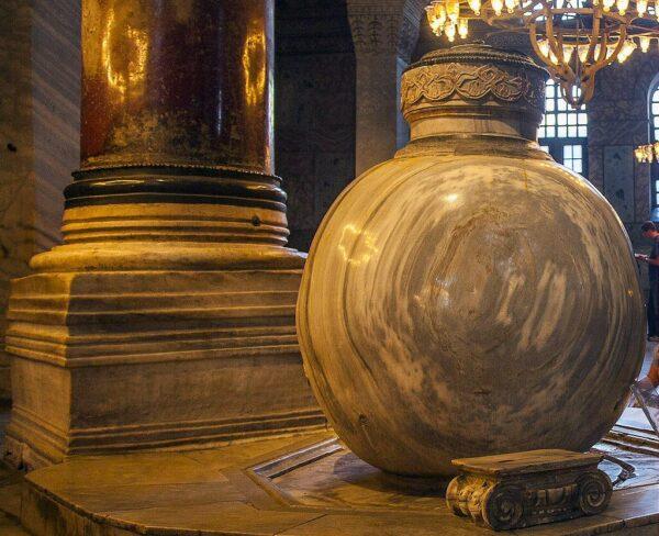 Urna de alabastro en Santa Sofía en Estambul
