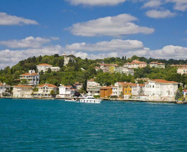 Casas tradicionales en el Estrecho del Bósforo en Estambul