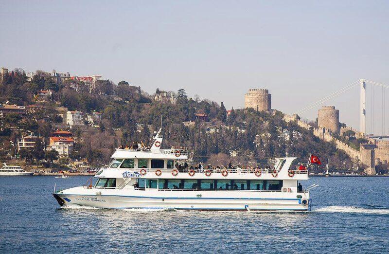 Ferry público por el Bósforo en Estambul