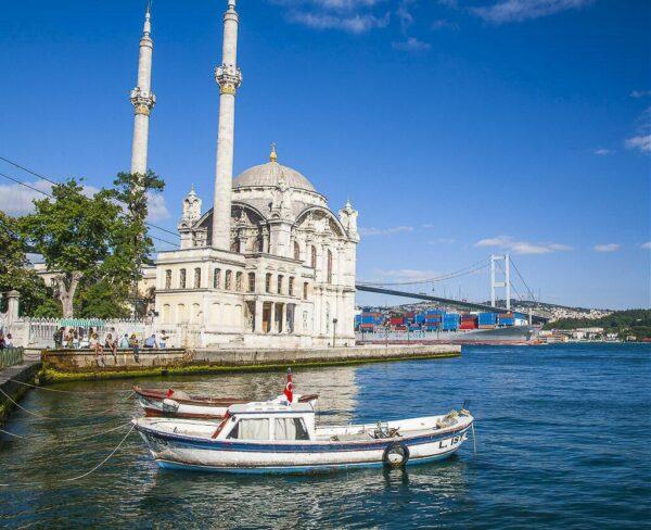Mezquita Ortakoy en el Bósforo en Estambul