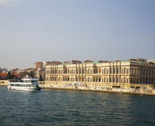 Palacio Ciragan en el Bósforo en Estambul