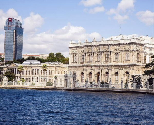 Palacio Dolmabahçe en el Bósforo en Estambul