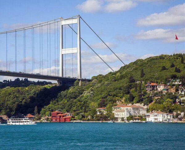 Puente sobre el Bósforo en Estambul