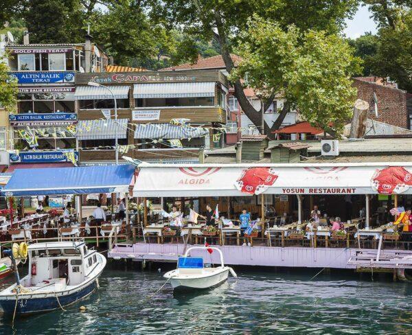 Puerto de Anadolu Kavagi en el Bósforo en Estambul