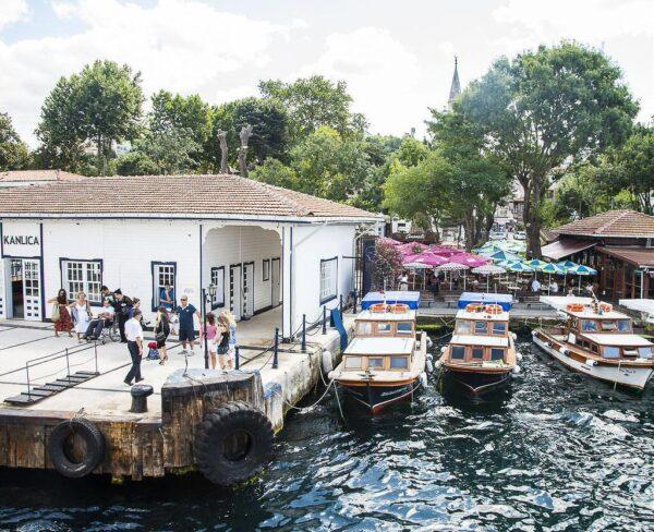 Puerto de Kanlica en el Bósforo en Estambul