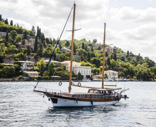 Velero en el Estrecho de Bósforo en Estambul