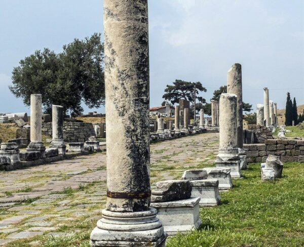 Via columnada en el Asclepion en Pergamo en Turquía