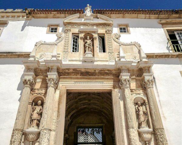 Puerta Férrea en la Universidad de Coimbra en Portugal