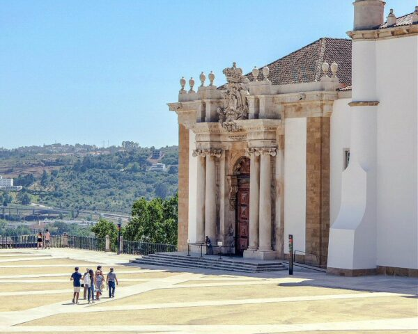 Patio de las Escuelas en la Universidad de Coimbra en Portugal