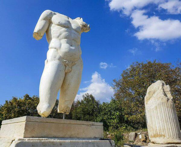 Estatua en Baños de Adriano en Afrodisias en Turquía