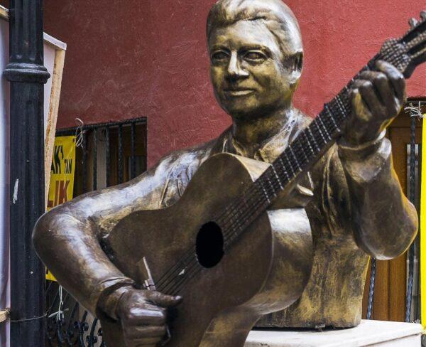 Monumento a Enrico Macías en Esmirna en Turquía