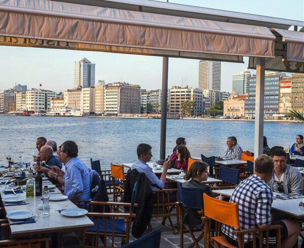 Restaurante en el Muelle Konak en Esmirna en Turquía