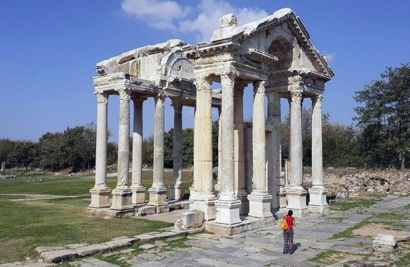 Templo de Tetrapilo en Afrodisias en Turquía