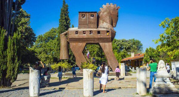 Caballo de Troya en la entrada de los restos arqueológicos