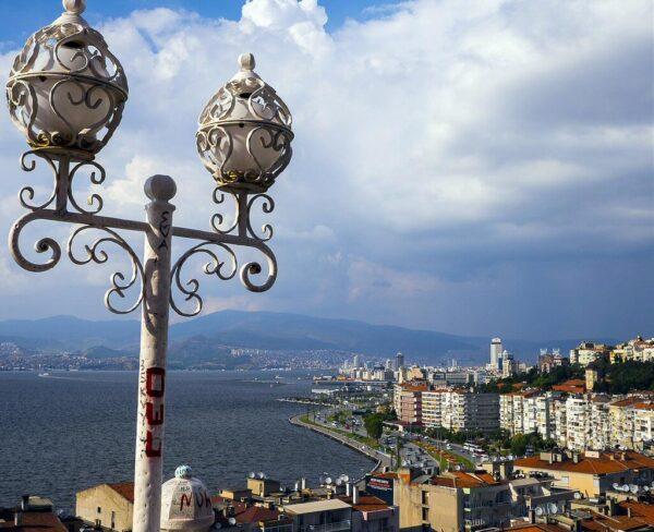 Vistas de Esmirna desde lo alto del Ascensor en Turquía