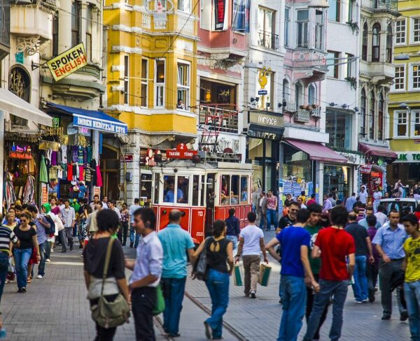 Avenida Istlikal en barrio Beyoglu de Estambul