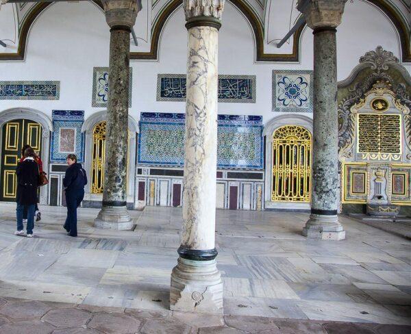 Entrada a la Camara del Consejo del Palacio Topkapi en Estambul