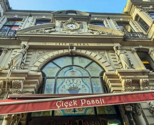 Entrada de la galeria Cicek en barrio Beyoglu de Estambul