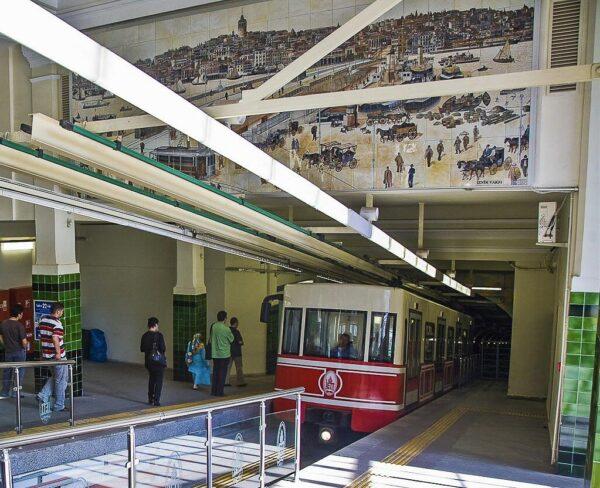 Estación de funicular Tünel en barrio Beyoglu de Estambul