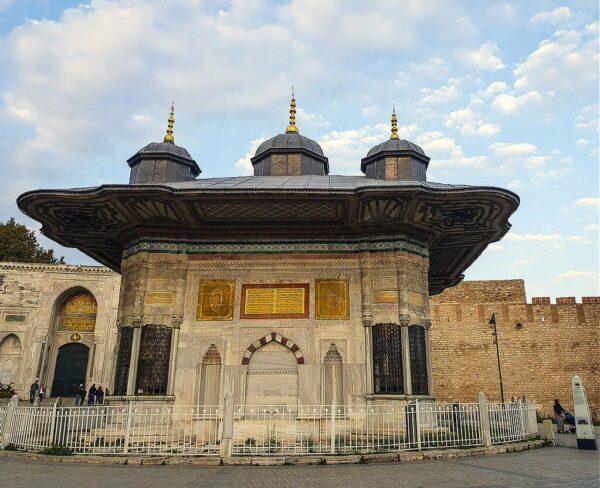 Fuente del sultán Ahmet III en Palacio Topkapi en Estambul